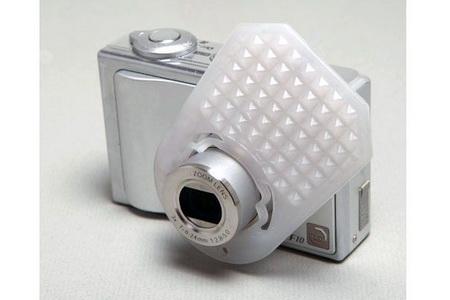 Фотокамера со встроенной вспышкой (надо срочно внешнюю).  Вспышка вмонтирована в корпус или поднимается.