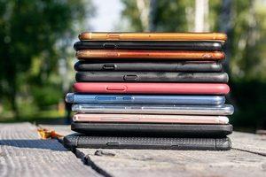Поставки смартфонов в первом полугодии упали на 18%